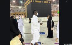 Kara Mbodj à La Mecque Fait Le Tour De La Kaaba Avec Un Chapelet à La Main