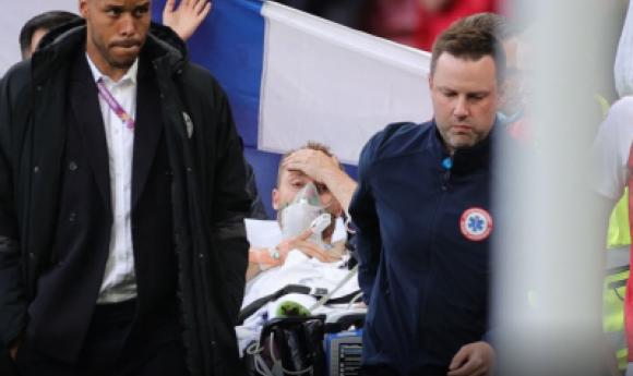 """Eriksen Victime D'un Grave Malaise En Plein Match: Le Danois Dans Un """"état Stable"""", Le Match A Repris"""