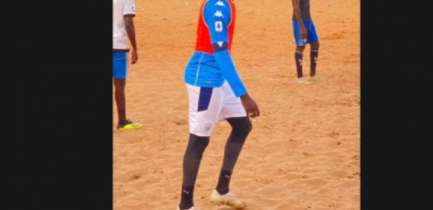 Mbaye DIAGNE joue au foot au terrain de jeux des HLM avec ses amis