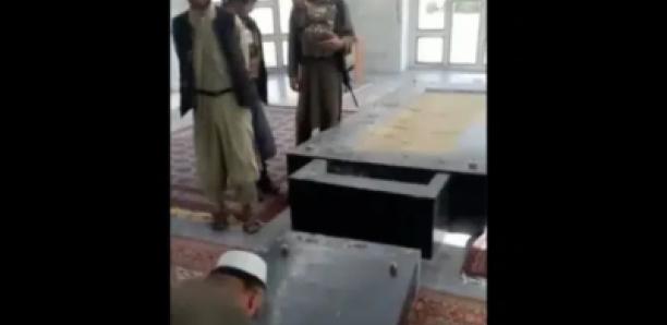 Des talibans profanent la tombe d'Ahmad Shah Masud